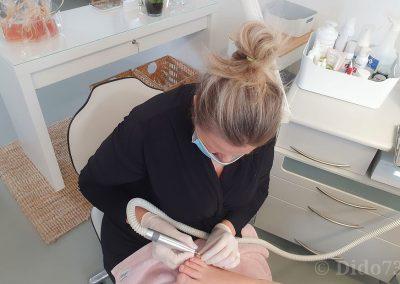 Alma bei der Nagelpflege
